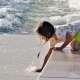 Kind mit Wellen an Treppenstufen 5255593_1920 (©Pixabay)